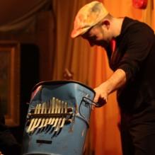 Hervé Lapalud joue de la sanza